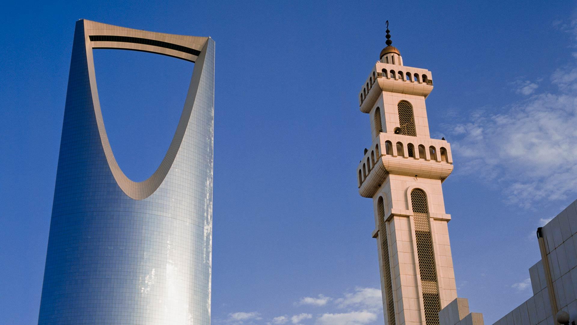 Mosque minaret next to Kingdom Centre Tower in Riyadh, Saudi Arabia