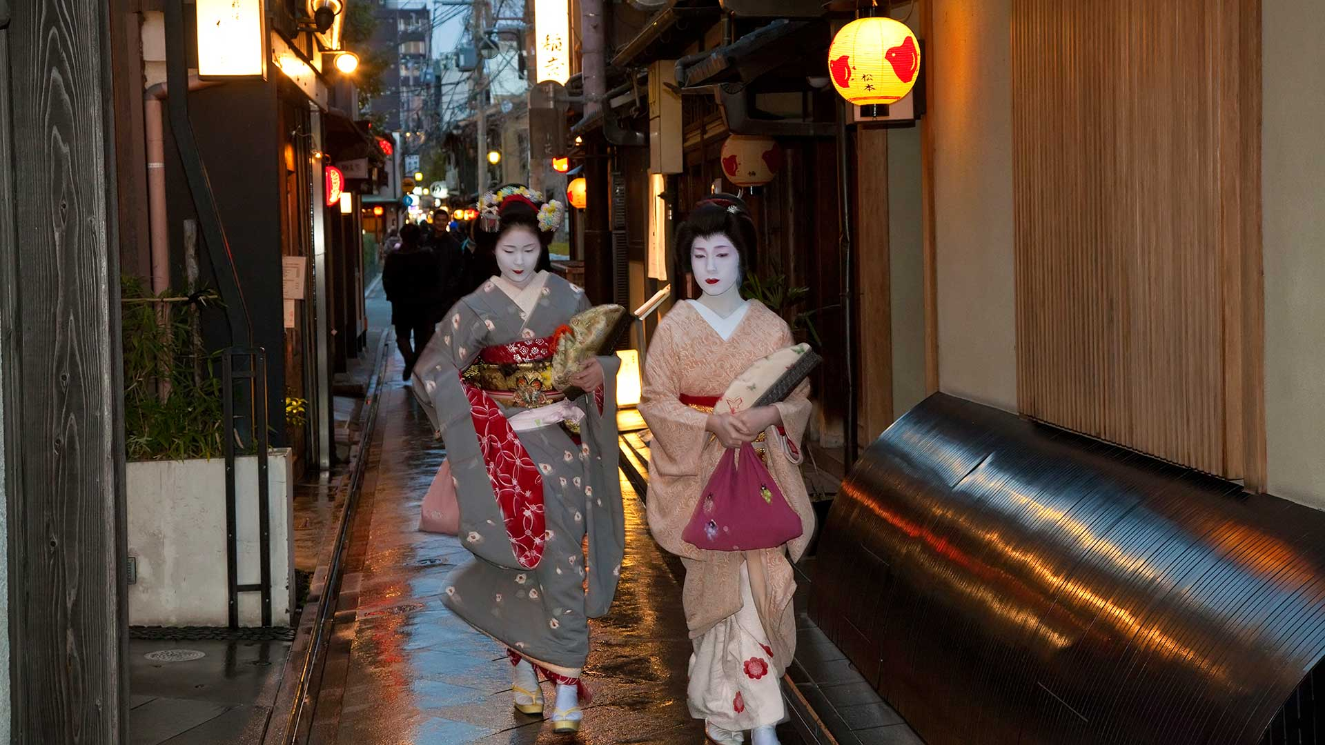 Geisha, in narrow alley, Gion District, Kyoto, Japan