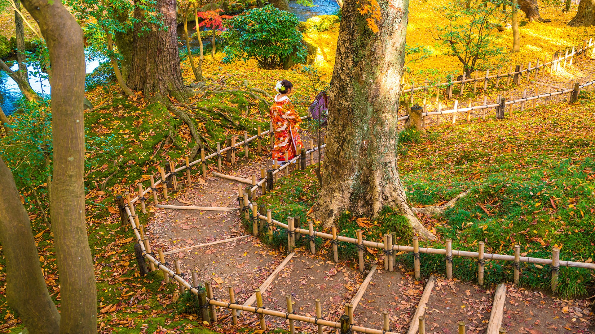 Japanese woman in traditional dress, Kenrokuen Garden, Kanazawa, Japan